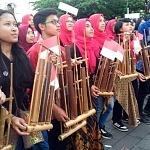 Peringati Hari Angklung Sedunia, Ribuan Orang Mainkan Angklung  di Gedung Sate
