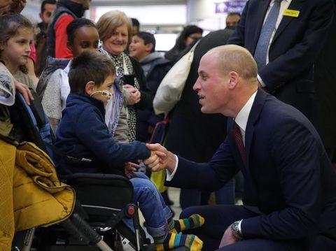 Pangeran William menjadi sorotan lensa kamera khalayak saat dirinya  berkunjung ke rumah sakit anak Evelina di London c081a38a65