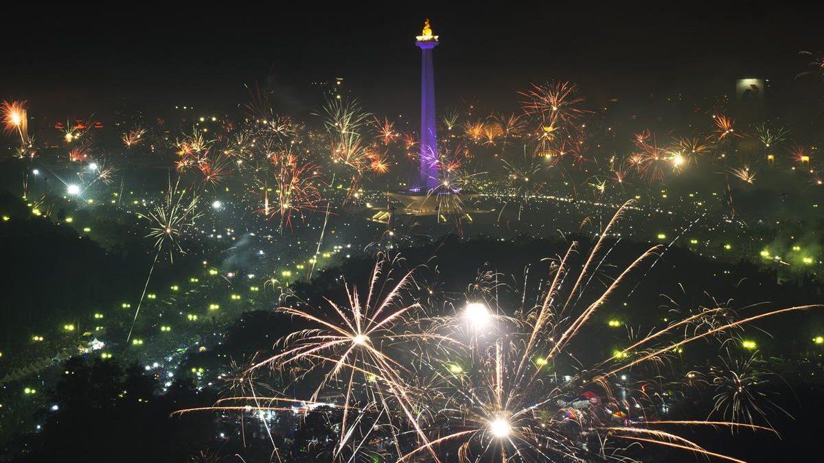 Sambut Tahun Baru Pesta Kembang Api Warnai Langit Jakarta